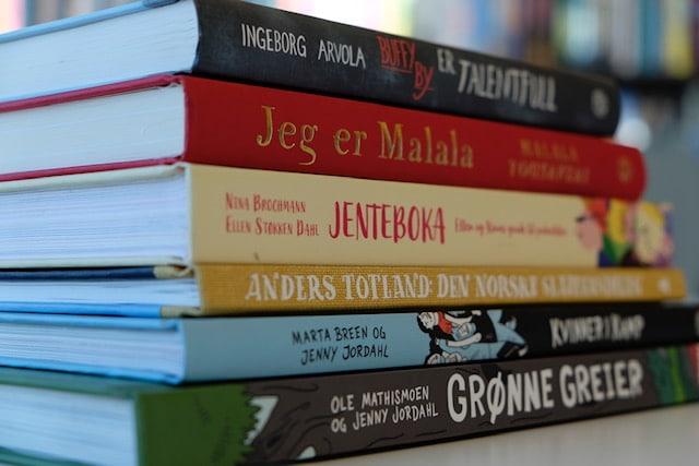 Noen av bøkene i biblioteket
