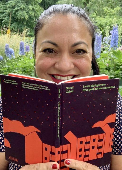 Veronica leser en bok av Sarah Zahid