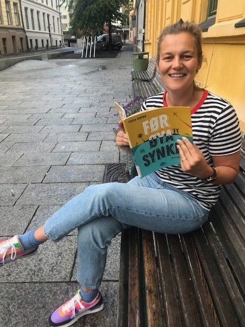 Eva leser fra boka Før øya synker