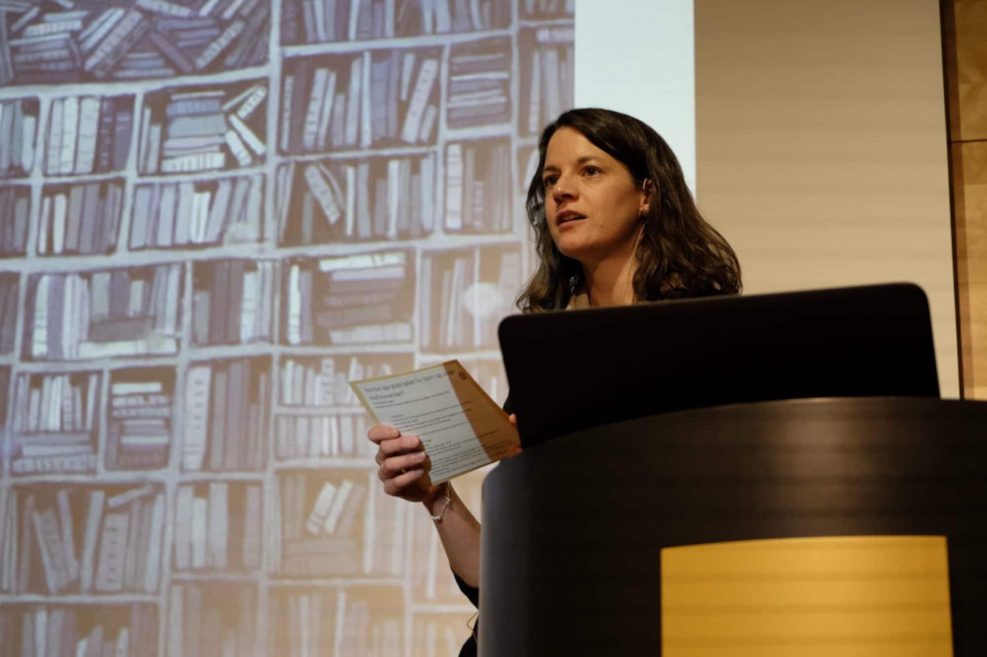 Foto av Hanna Bovim Bugge som holder foredrag